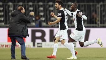 Luca Radice (Mitte) feiert seinen zweiten Treffer mit Trainer Ponte und Nganga.