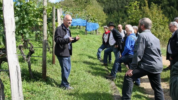 Weinproduzent Franz Kaufmann (links) referiert über die einstigen Reblandschaften von Lausen bis nach Augusta Raurica.