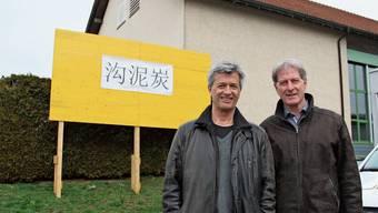 Stefan Hegi (links) und Hans Melliger vor der Baustellentafel – was da wohl draufsteht?