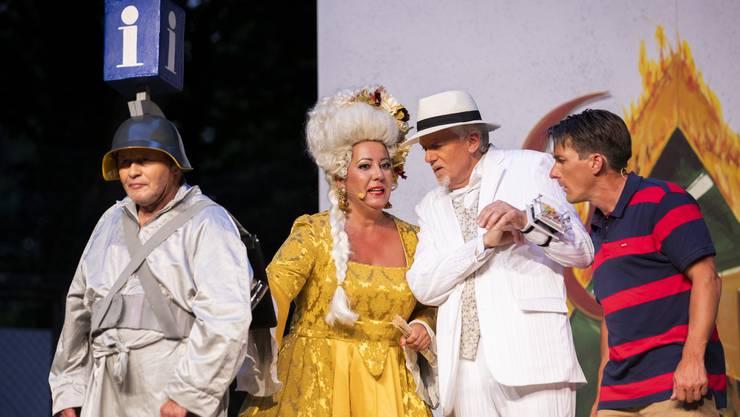 Archimedus (Marcel Weyermann), Frau Rosso (Ramona Zumstein), Herr Bianco (Heinz Geissberger) und Peter Walter (Fabian Giger), von links.