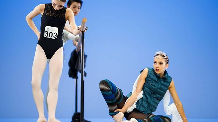 Tänzerinnen und Tänzer wärmen sich für den Wettkampf auf. Am Prix de Lausanne sind am Samstag acht junge Tänzerinnen und Tänzer ausgezeichnet worden.