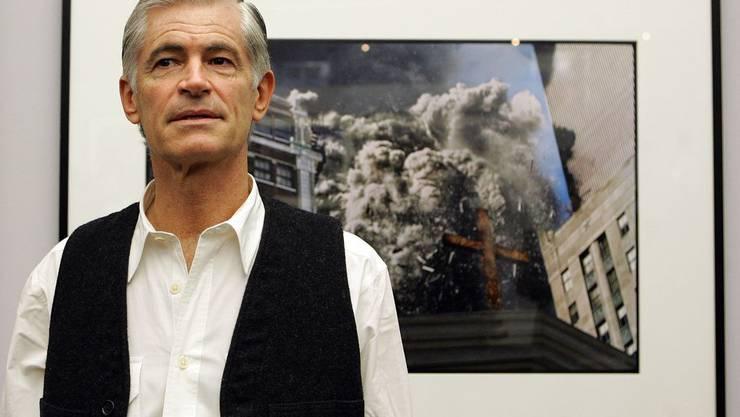 Kriegsfotograf James Nachtwey bei einer Ausstellung vor einem seiner ausgezeichneten Bilder