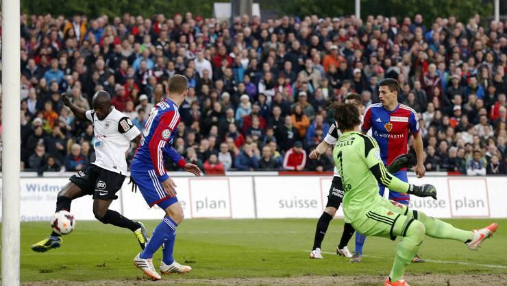 Aaraus Verteidiger Igor Nganga hat den Fuss zum richtigen Zeitpunkt am richtigen Ort - und markiert das 1:0.