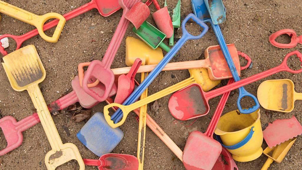 ARCHIV - Schaufeln und Eimer liegen auf einem Spielplatz in einem Sandkasten. Familien sollen zur Abfederung der Corona-Kosten in diesem Jahr erneut einen Kinderbonus erhalten. Foto: Sebastian Kahnert/dpa-Zentralbild/dpa