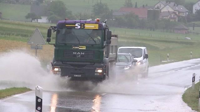Regenfälle machen aus Strassen reissende Bäche