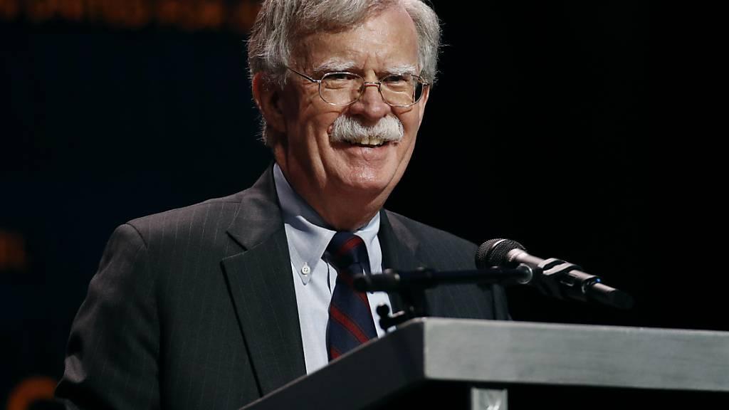 Der einstige Nationale Sicherheitsberater der USA, John Bolton, rechnet mit US-Präsident Donald Trump ab. (Archivbild)