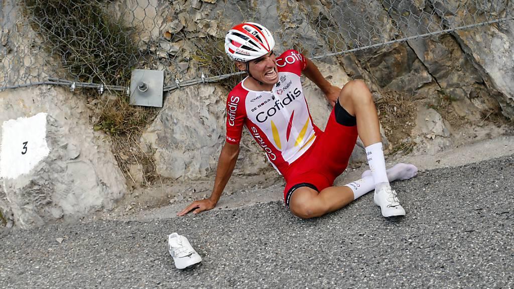 Anthony Perez sitzt nach seinem schweren Sturz in der 3. Etappe der Tour de France mit schmerzverzerrten Gesicht auf dem Asphalt.