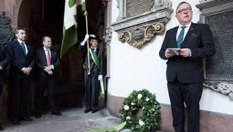 Die Zunft zu Rebleuten unter Zunftmeister Eduard P. Etter (rechts) ehrt nach 350 Jahren ihren Zunftbruder Johann Rudolf Wettstein. Roland Schmid