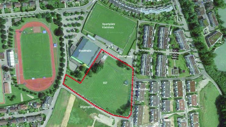 Im rot umrandeten Bereich gleich neben der Stadthalle soll das neue Schulhaus inklusive Dreifachturnhalle entstehen.