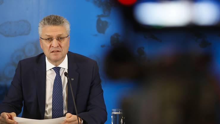 Lothar Wieler, Chef des Robert Koch-Instituts (RKI), spricht während einer Pressekonferenz. Die Corona-Lage in Deutschland ist nach Einschätzung des RKI weiter sehr ernst. Foto: Markus Schreiber/AP Pool/dpa