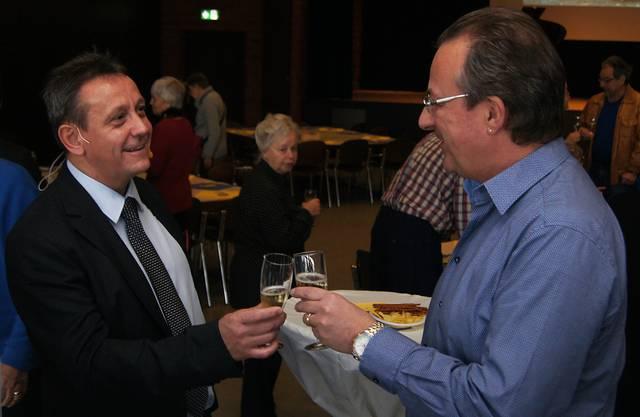 SVP-Gemeindepräsident André Bender (links) prostet EVP-Gemeinde- und Kantonsrat Kurt Leuch zu.