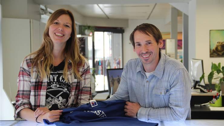Gina Abt und Sven Gwerder haben ihre eifach GmbH in die ehemaligen Räume des Skate- und Snowboardshops gezügelt. «Bei uns kann vom Shirt bis zum Rennauto fast alles bedruckt werden», freut sich Gwerder.Andrea Weibel