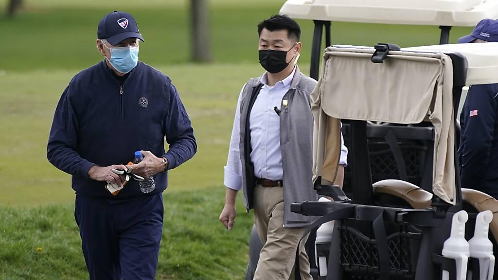 Joe Biden (l), Präsident der USA, nach einem Golfspiel im Wilmington Country Club. Foto: Patrick Semansky/AP/dpa