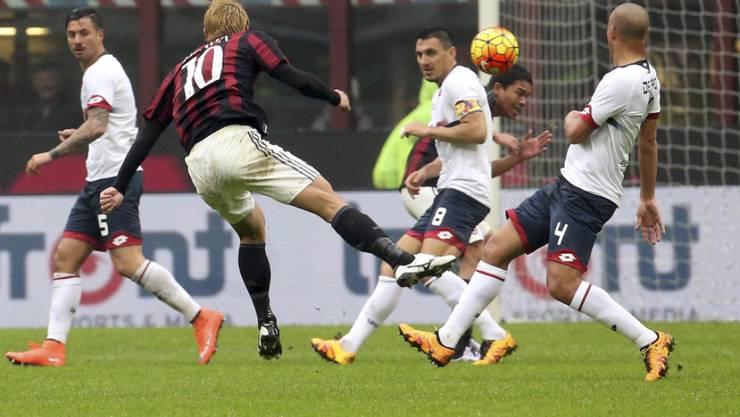 Milans Keisuke Honda (mit der Nummer 10) zieht ab und trifft gegen Genoa zum 2:0