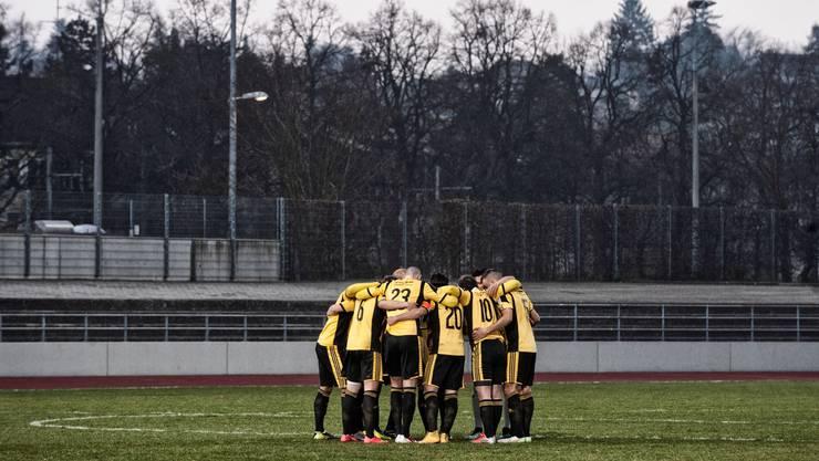 Die Spieler schwören sich vor dem Spiel ein.