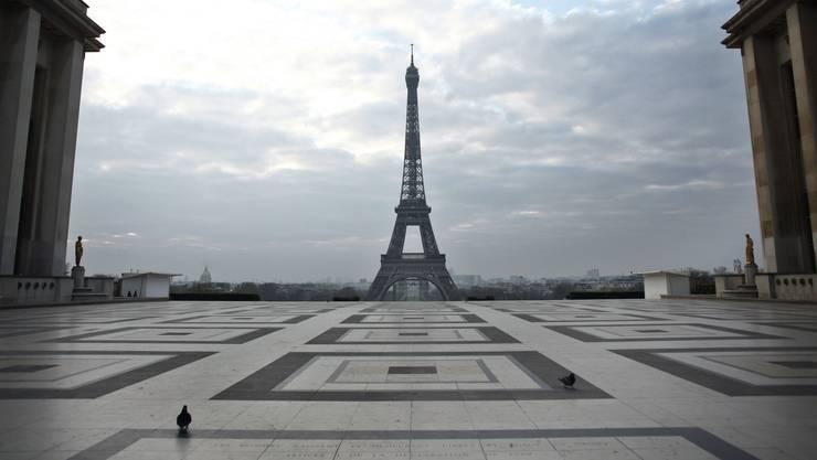 Tauben vor dem Eiffelturm: Wo sich sonst Menschenmassen tummeln, herrscht in diesen Tagen eine gespenstische Ruhe.