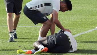 Antonio Rüdiger liegt mit einem Kreuzbandriss am Boden, Teamkollege Emre Can kümmert sich um ihn