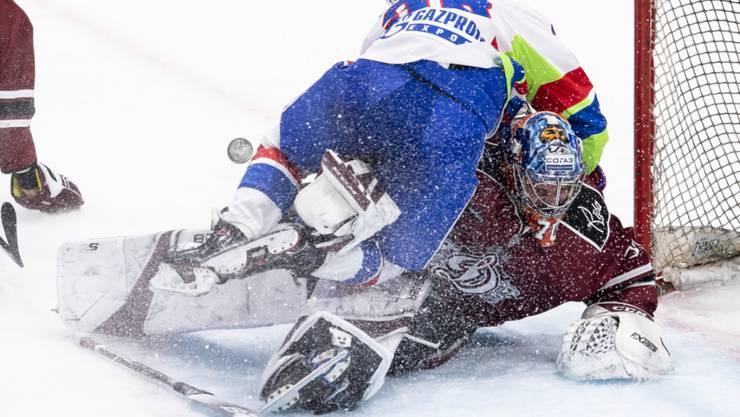 Dynamik, aber kaum Emotionen: SKA-Stürmer Alexej Bywaltsew bedrängt den lettischen Goalie Kristers Gudjevskis