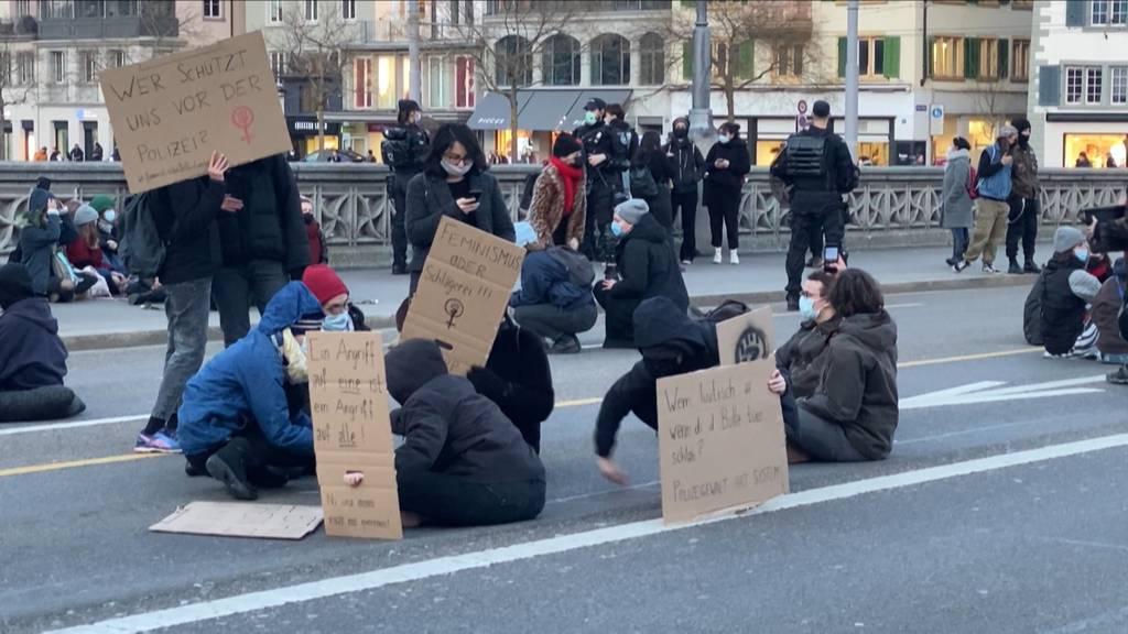 Sitzstreik in Zürich: Rund 100 Personen demonstrierten gegen Polizeigewalt