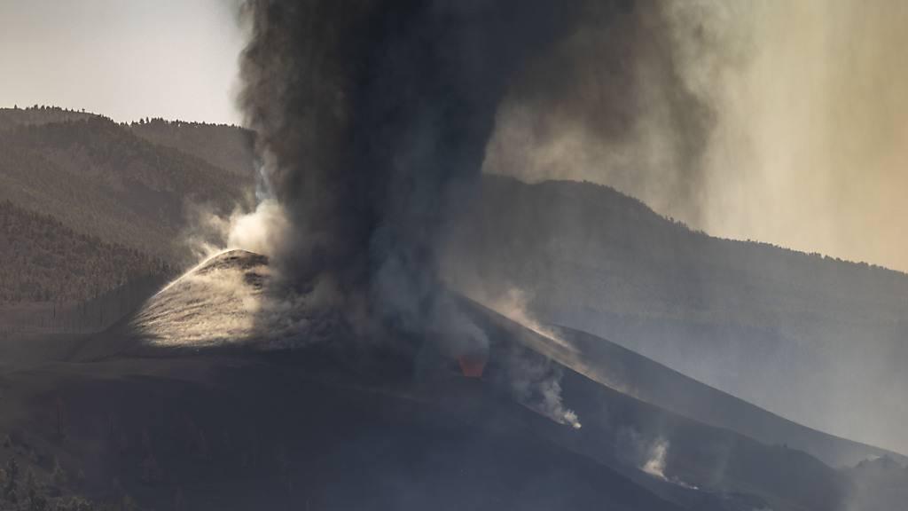 Blick auf den Vulkan Cumbre Vieja vom Aridane-Tal aus während des Ausbruchs. Foto: Kike Rincón/EUROPA PRESS/dpa
