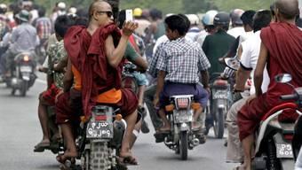 Mönche auf dem Weg zur Beerdigung des getöteten Buddhisten