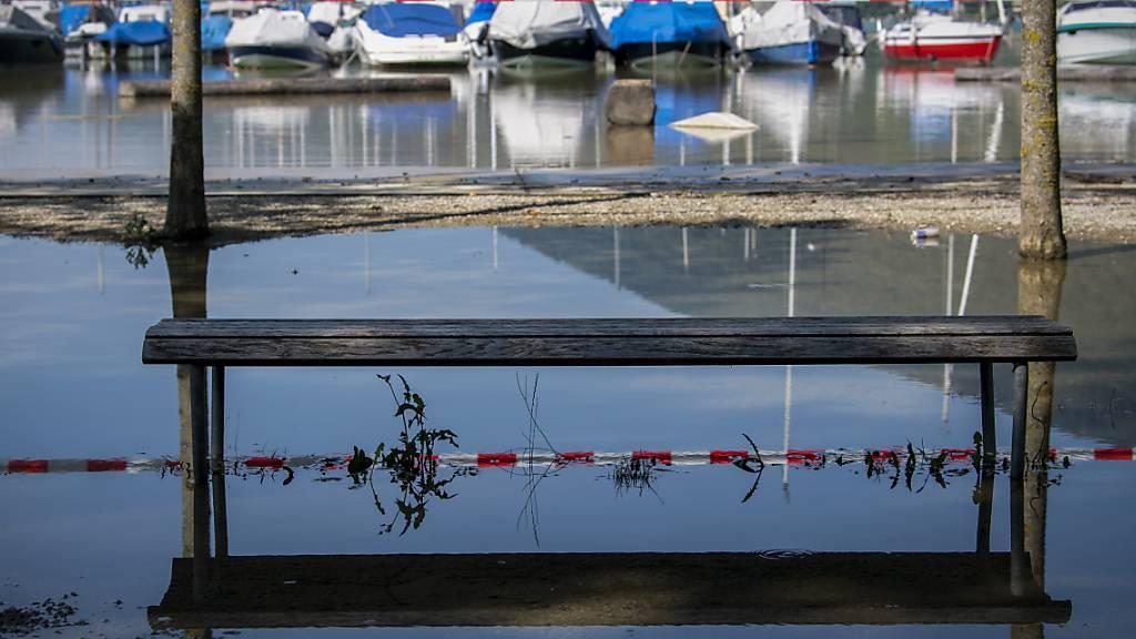 Im Bootshafen Biel ist der Seepegel einige Zentimeter gesunken.