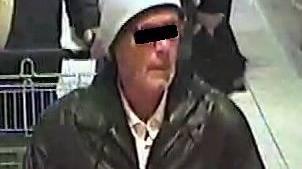 Mit diesem Bild einer Überwachungskamera aus einem Supermarkt sucht die deutsche Polizei nach dem mutmasslichen Erpresser.