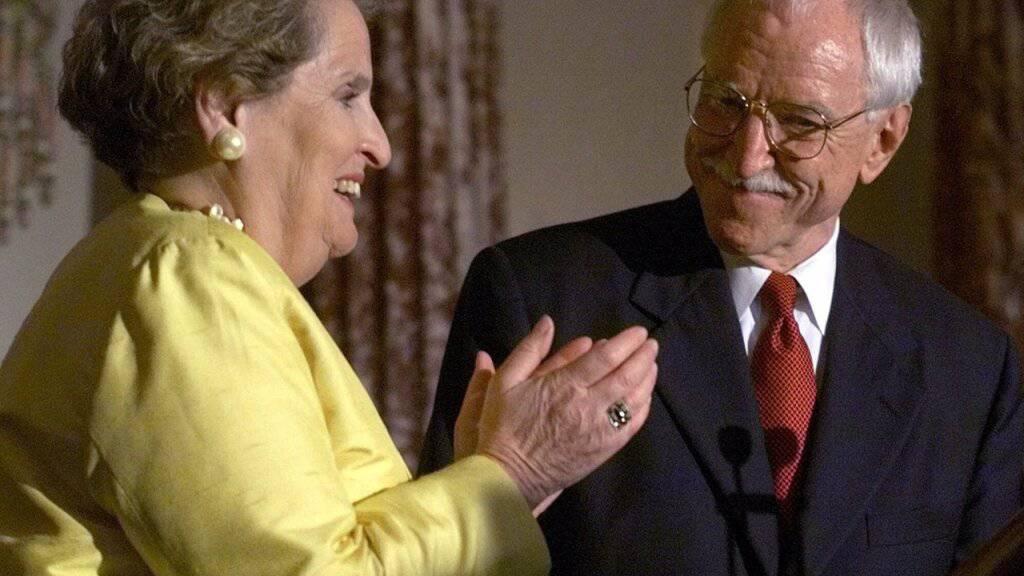 Erster offen schwuler US-Botschafter mit 88 Jahren gestorben