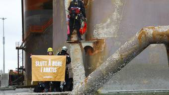"""""""Ende der Ölbohrungen in der Arktis"""": Mit diesem Plakat besetzen Greenpeace-Aktivisten derzeit eine norwegische Ölplattform vor Hammerfest."""