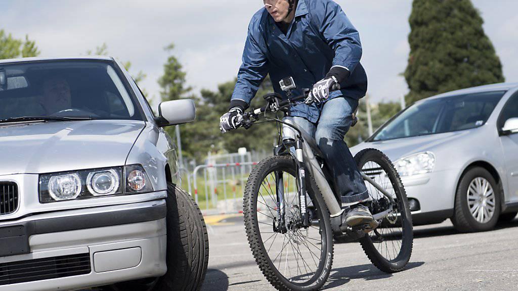 Kluge Köpfe schützen sich auch auf einem langsamen E-Bike, findet eine Mehrheit der Schweizerinnen und Schweizer gemäss der neusten Bevölkerungsbefragung der Beratungsstelle für Unfallverhütung (bfu). (Archivbild)