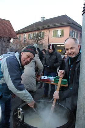 Der längste Menziker Fonduetisch scheint Spass zu machen: Res Mäder und Hanspeter Thomi.