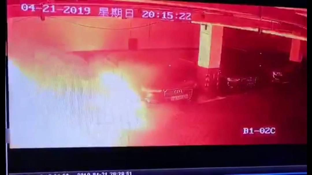 Hier explodiert ein Tesla aus dem Nichts!