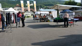 Am Dienstag auf dem Sternenplatz in Oensingen: Ein fast kundenleerer Marktplatz, dahinter die Fahnen der wohl grössten Konkurrenz.