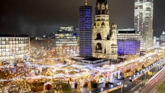 Der Weihnachtsmarkt am Breitscheidplatz in Berlin wurde am Samstagabend wegen verdächtiger Personen vorübergehend geräumt.