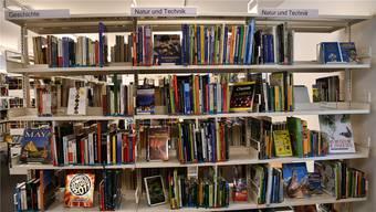 Um Platz für Veranstaltungen zu schaffen, müssen in der Stadtbibliothek Brugg Büchergestelle verschoben werden.