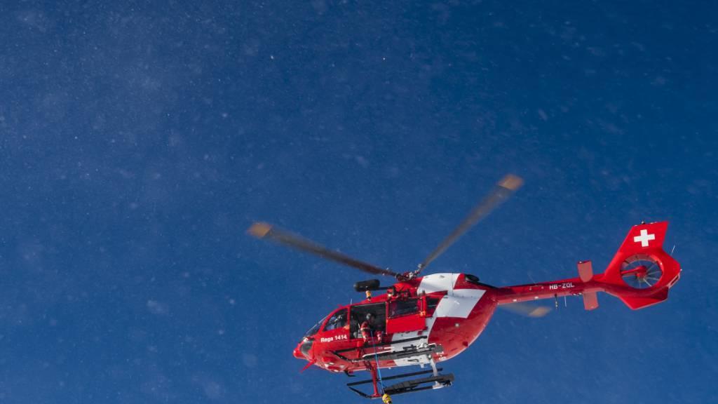 Ein im Tessin vermisster Gleitschirmflieger ist am Freitag tot im Locarnese aufgefunden worden. Die Rega hat ihn geborgen. (Symbolbild)