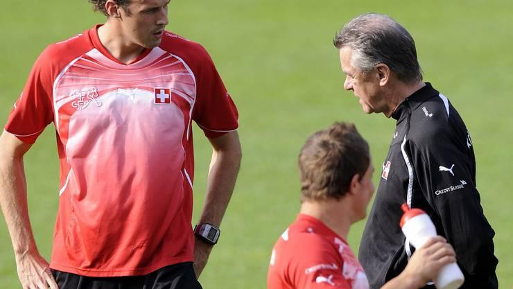 Ottmar Hitzfeld, rechts, im Gespraech mit Marco Streller, links, beim Training der Schweizer Fussball Nationalmannschaft in Freienbach (SZ) am Sonntag, 5. September 2010. (KEYSTONE/Walter Bieri)