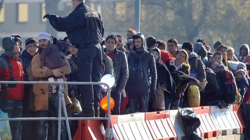 Der Flüchtlingsansturm nach Europa dürfte weiter anhalten: Die EU erwartet weitere 3 Millionen Flüchtlinge bis 2017. Auf dem Bild der österreichisch-deutsche Grenzübergang bei Braunau. (Archiv)