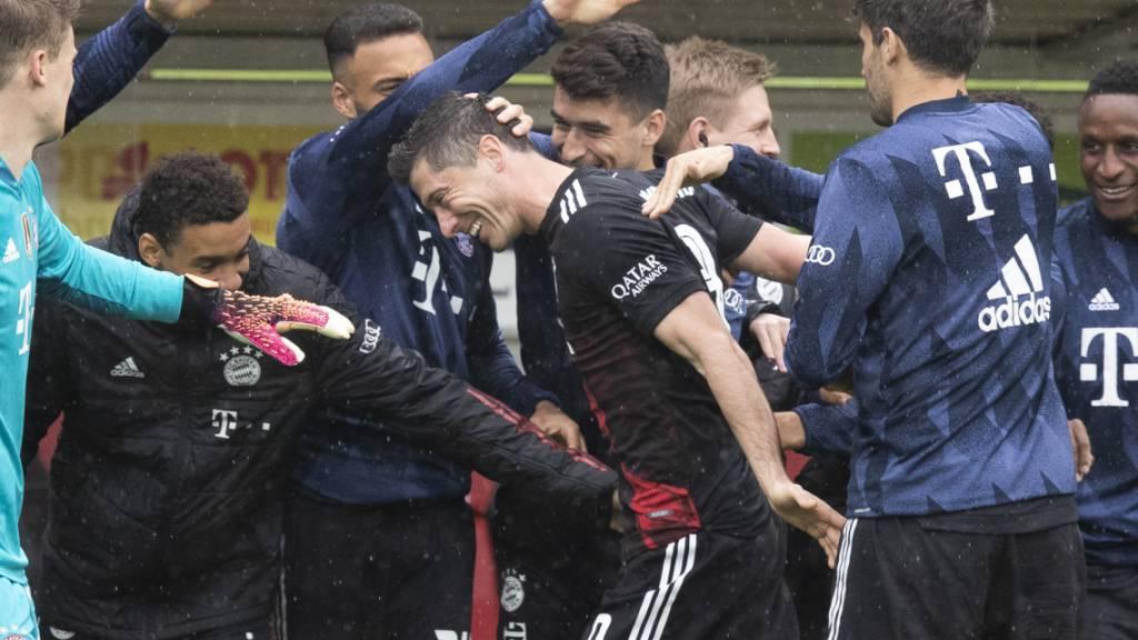 Bayerns Ersatzbank steht Spalier für Robert Lewandowski nach dessen 40. Saisontor in der Bundesliga