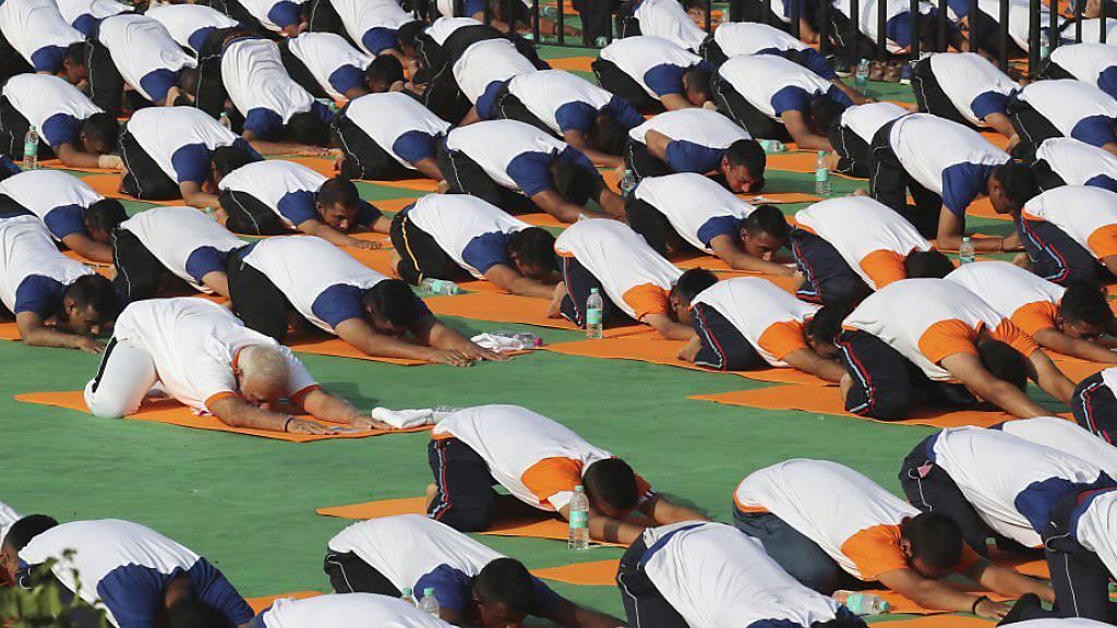 Der indische Ministerpräsident Narendra Modi und zehntausende weitere Inder begehen den Welt-Yoga-Tag.