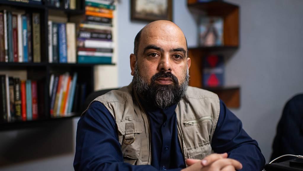 Bilal Sarwari, einer der bekanntesten afghanischen Journalisten, sitzt in seinem Büro in Kabul. Einer von Afghanistans bekanntesten Journalisten, Bilal Sarwari, hat nach der Machtübernahme der militant-islamistischen Taliban das Land verlassen.