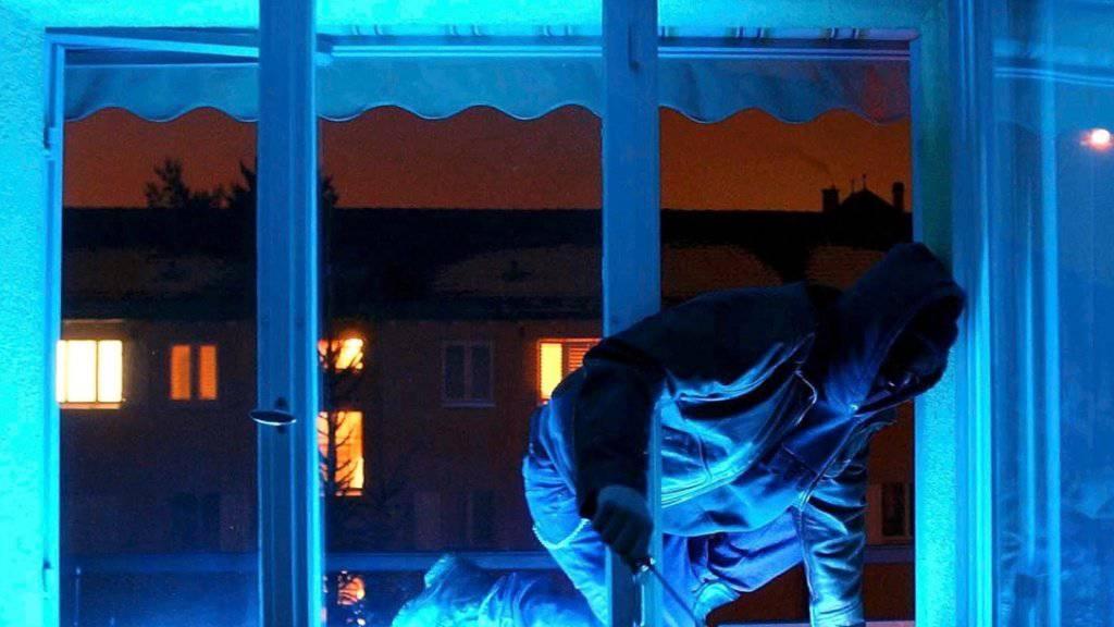 Am Freitagabend ist im Aargau eine 74-jährige Frau aus einem Fenster im ersten Obergeschoss ihres Einfamilienhauses gestürzt, als sie sich offenbar vor Einbrechern in Sicherheit bringen wollte. (Symbolbild)