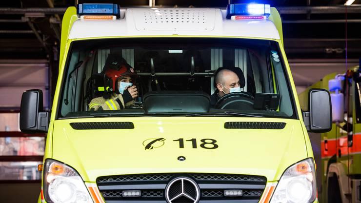 In diesen Tagen auch mit Maske unterwegs: Die laut den meisten Schweizern vertrauenswürdige Feuerwehr.