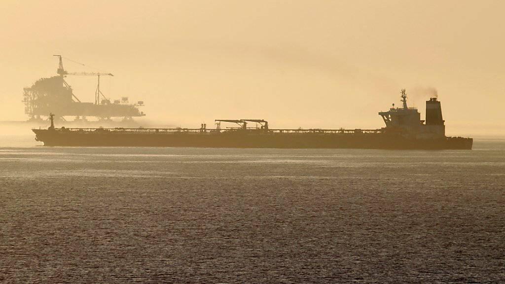 Der von britischen Spezialeinheiten aufgebrachte Supertanker «Grace 1», der nun auf Adrian Darya umbenannt wurde, ist wieder auf Fahrt. Das Ziel ist noch unbekannt. Iran hat versichert, das Öl an Bord des Tankers werde nicht nach Syrien geliefert. (Foto: Carrasco Ragel / EPA)