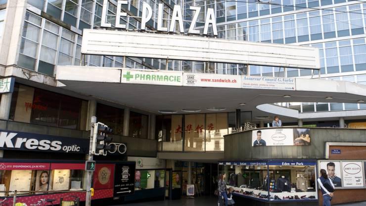 """Der Eingang zum ehemaligen Kino """"Le Plaza"""" in Genf. Das vom Genfer Architekten Marc-Joseph Saugey entworfene Gebäude gilt als typisch für die Architektur der 1950er Jahre. Nun soll es einem Neubau weichen. (Archiv)"""
