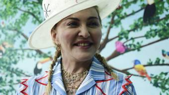 Madonna vor der Presse in Blantyre, Malawi: Ein Jahr nach der Einweihung des von ihr unterstützten Zentrums für Kinderchirurgie verspricht die Sängerin, sie werde den Kindern von Malawi künftig noch besser helfen.