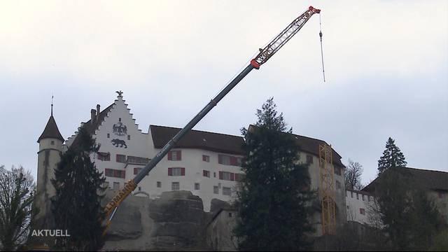 50-Meter-Kran thront über Schloss Lenzburg