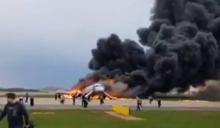 Passagiere flüchten aus der brennenden Maschine.