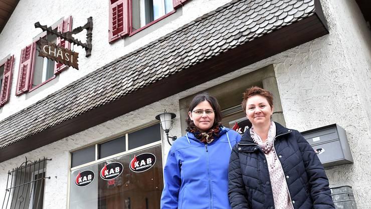 Edith Moser (links) und Sabina Schenk vor der ehemaligen Chäsi, in welcher sie am 10. April ihren eigenen Laden eröffnen wollen.
