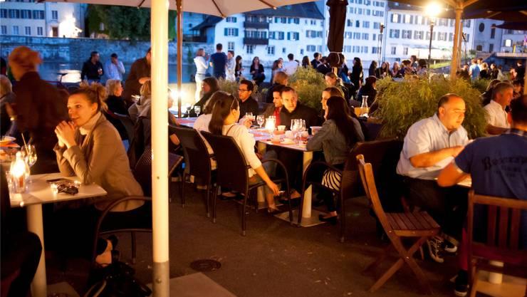 Die Lage direkt an der Aare macht Solothurn für Restaurantbetreiber interessant – die Kundschaft kommt in Scharen. Hansjörg Sahli